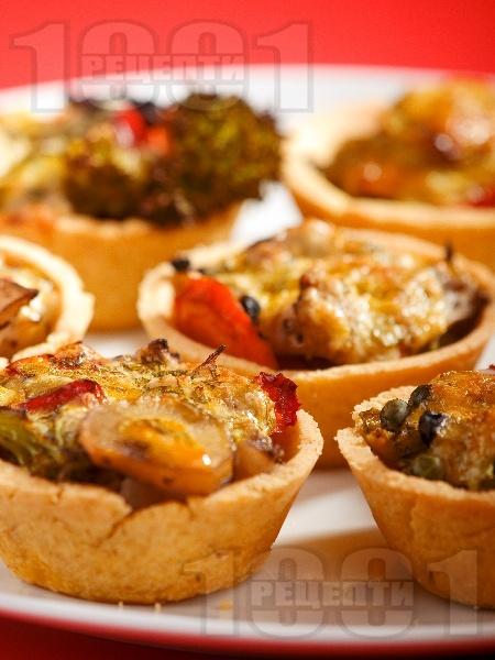 Солени зеленчукови тарталетки с пълнеж от чушки, броколи и карфиол и яйчен сос - снимка на рецептата